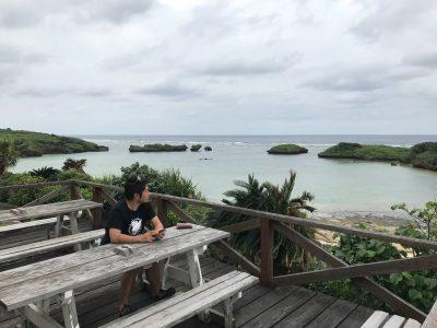 石垣の海を眺める住吉。自然体な柔らかい表情が印象的。